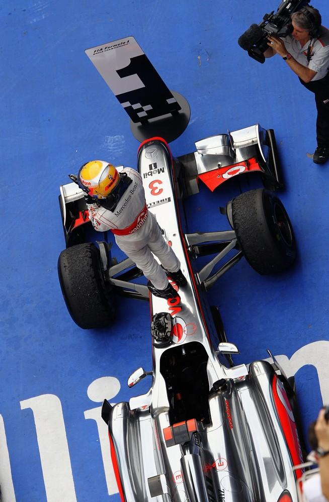 Льюис Хэмилтон на парковке благодарит команду McLaren после победы на Гран-при Китая 2011