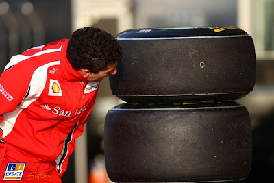 Андреа Стелла нюхает резину Pirelli на Гран-при Китая 2011