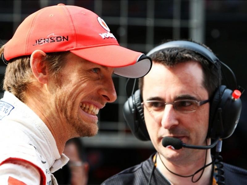 широко-улыбающийся Дженсон Баттон и механик McLaren на Гран-при Китая 2011