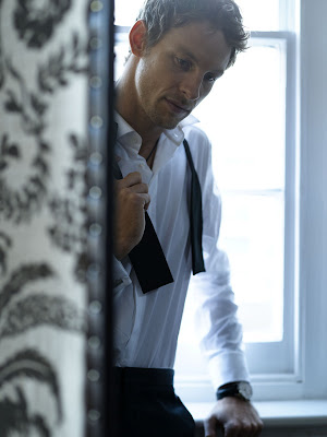 студийное фото Дженсона Баттона в костюме и с галстуком