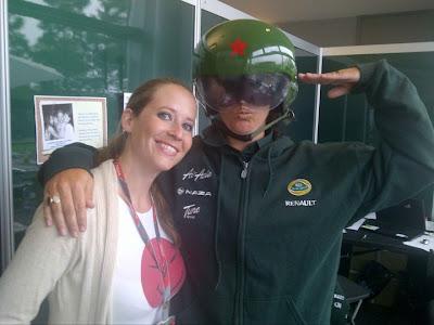 Кэтрин Хайд и Хейкки Ковалайнен в шлеме летчика на Гран-при Китая 2011
