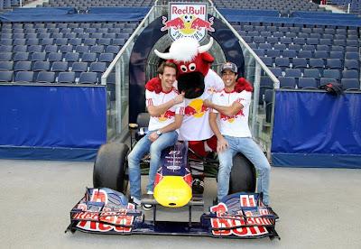 Жан-Эрик Вернь и Даниэль Риккардо с быком Red Bull в Зальцбурге 21 апреля 2011
