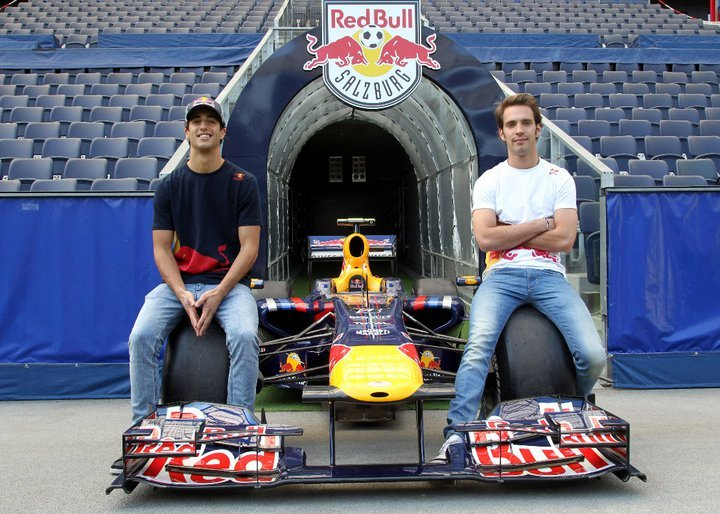 Жан-Эрик Вернь и Даниэль Риккардо на колесах болида Red Bull в Зальцбурге 21 апреля 2011