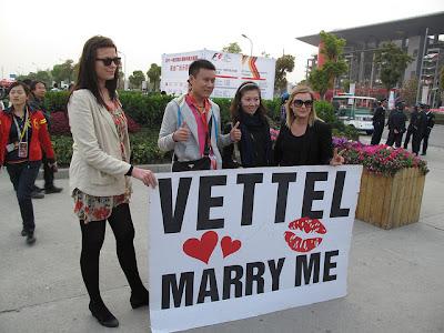 болельщики Себастьяна Феттеля с баннером Vettel marry me на Гран-при Китая 2011