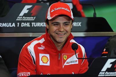Фелипе Масса улыбается на пресс-конференции в четверг на Гран-при Турции 2011