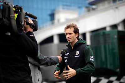 Ярно Трулли дает интервью в паддоке Истамбула на Гран-при Турции 2011