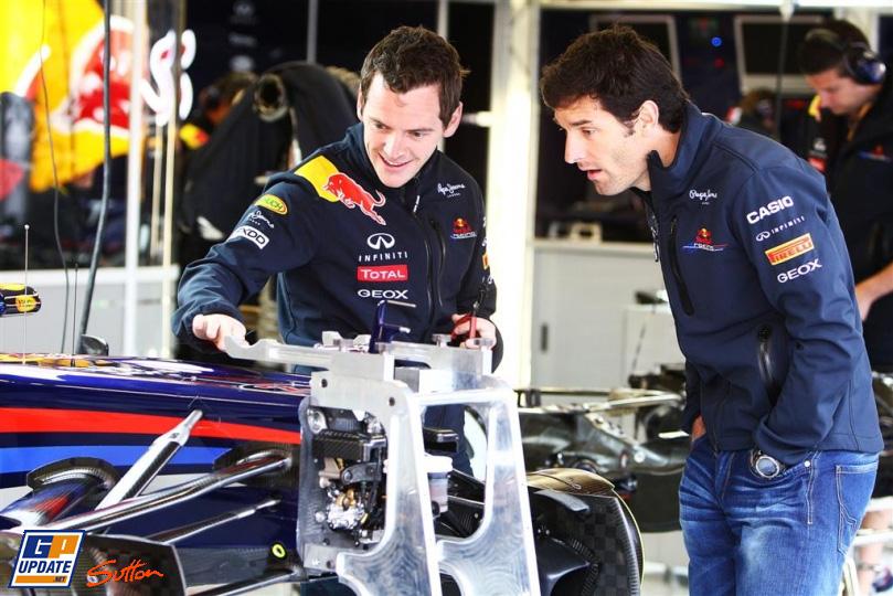 Марк Уэббер и механик рассматривают болид Red Bull Гран-при Турции 2011
