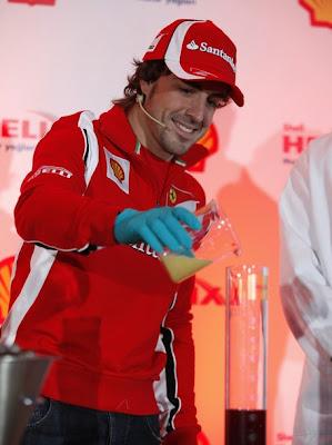 Фернандо Алонсо наливает жидкость Shell в колбу на Гран-при Турции 2011