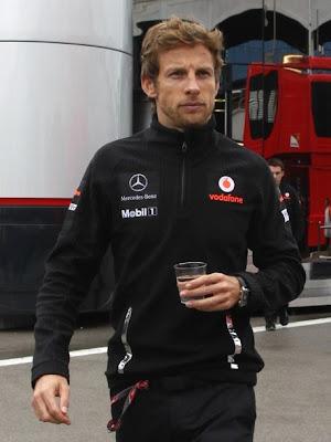 Дженсон Баттон со стаканом Гран-при Турции 2011