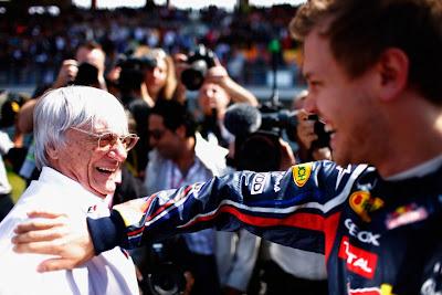 Себастьян Феттель хлопает по плечу Берни Экклстоуна на Гран-при Турции 2011