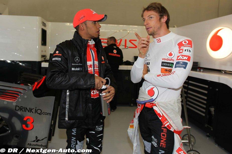 Льюис Хэмилтон и Дженсон Баттон в боксах McLaren на Гран-при Турции 2011