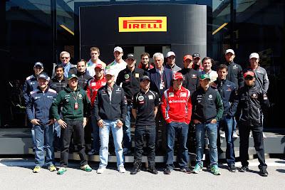 Пилоты Формулы-1 на фоне моторхоума Pirelli на Гран-при Турции 2011