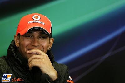 смеющийся Льюис Хэмилтон на пресс-конференции в четверг на Гран-при Турции 2011
