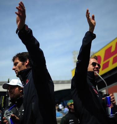 Марк Уэббер и Себастьян Феттель спина к спине и Нико Росберг позади на Гран-при Турции 2011