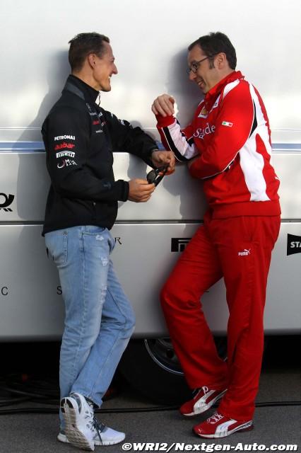 Михаэль Шумахер и Стефано Доменикали разговаривают в паддоке Истамбул-Парка на Гран-при Турции 2011