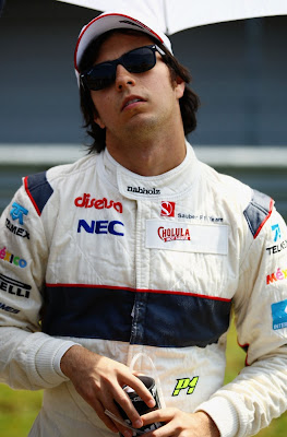 Серхио Перес разминает шею перед тем как сесть за руль на Гран-при Турции 2011