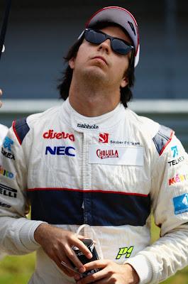 Серхио Перес разминает шею перед тем как сесть за руль на Гран-при Турции 2011 голова назад