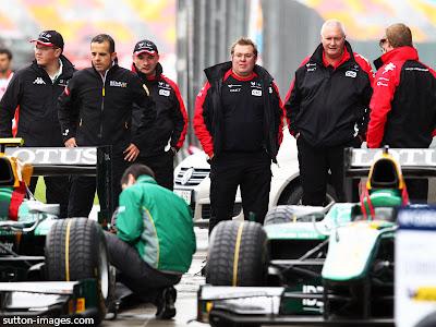 механики Marussia Virgin наблюдают за болидами GP2 команды Lotus на Гран-при Турции 2011
