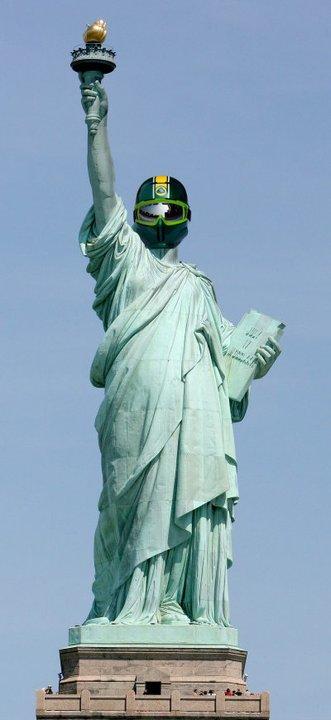 Статуя Свободы в шлеме механика Ruroc Team Lotus