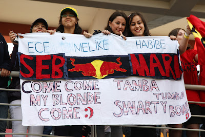 болельщицы Себастьяна Феттеля и Марка Уэббера на трибунах Истамбул-Парка на Гран-при Турции 2011