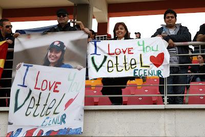 болельщики Себастьяна Феттеля на трибунах Истамбул-Парка с признаниями в любви на Гран-при Турции 2011