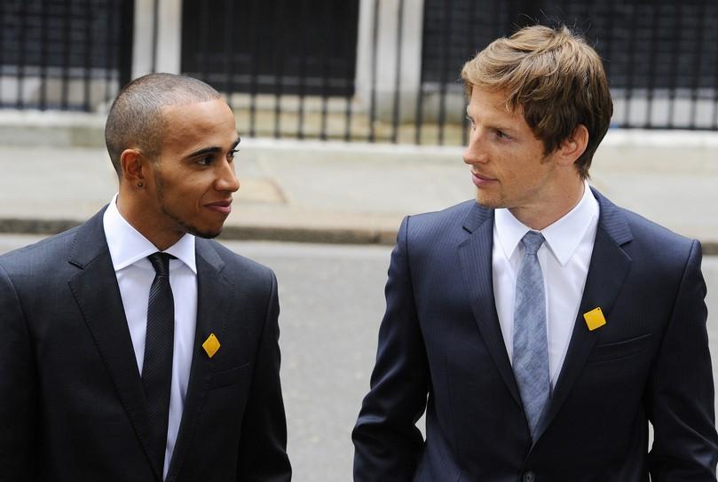Дженсон Баттон и Льюис Хэмилтон в Лондоне на Даунинг-стрит 10 11 мая 2011