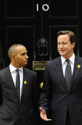 Льюис Хэмилтон и премьер министром Дэвид Кэмерон в Лондоне на Даунинг-стрит 11 мая 2011