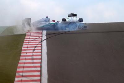 разворот Mercedes GP Михаэля Шумахера во время свободных заездов на Гран-при Турции 2011