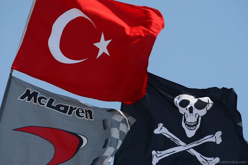 флаг Турции McLaren и пиратский на Гран-при Турции 2011