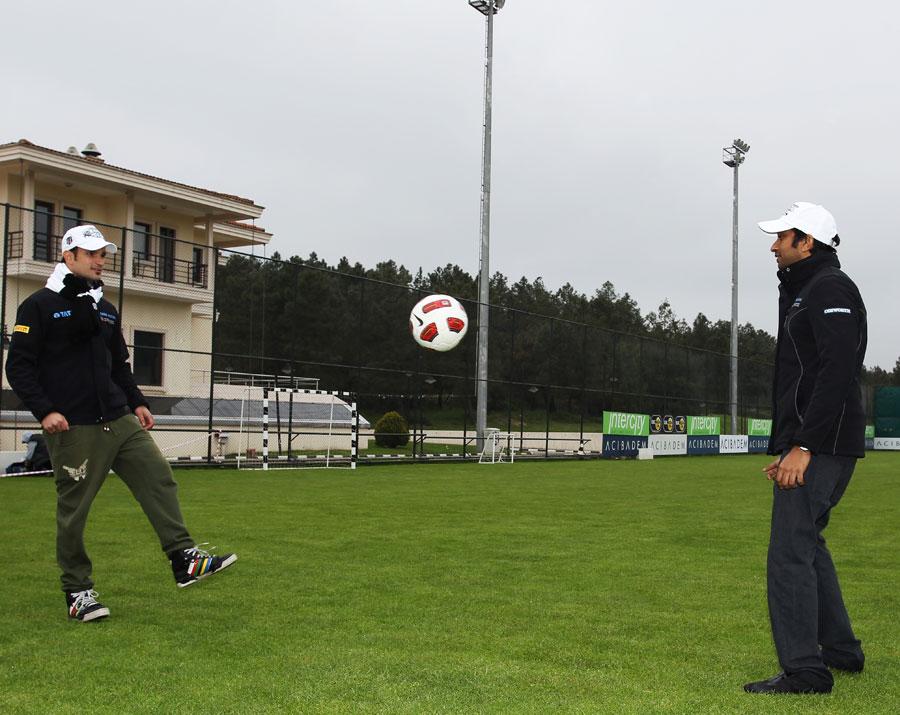 Витантонио Льюцци и Нараин Картикеян играют в футбол