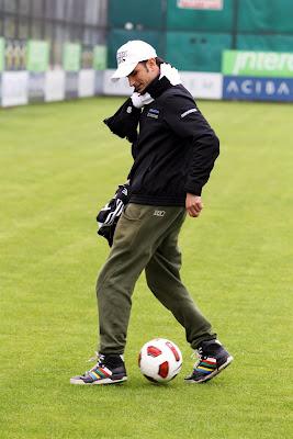 Витантонио Льюцци вытворяет трюки с футбольным мячом