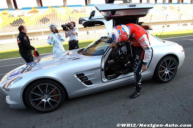 Дженсон Баттон залазит в сэйфти-кар Mercedes SLS AMG на трассе Истамбул-Парк на Гран-при Турции 2011