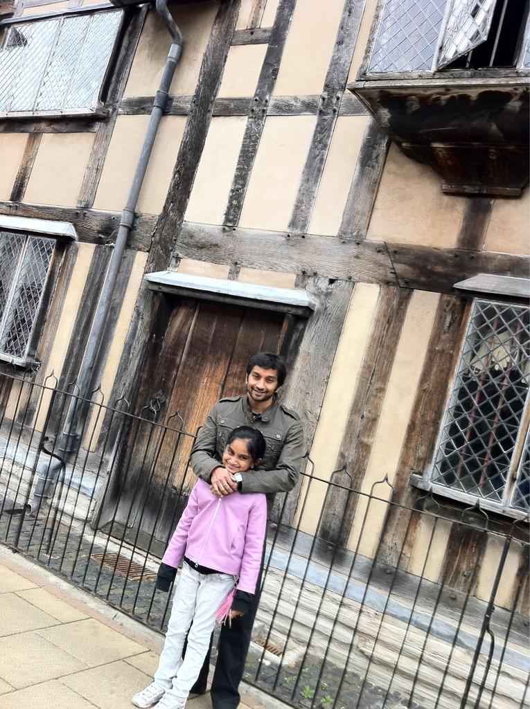 Нараин Картикеян с семьей на фоне дома где родился Шекспир в Стратфорде-на-Эйвоне
