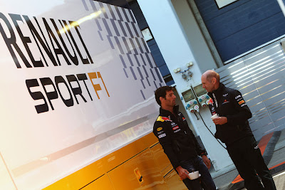 Марк Уэббер и Эдриан Ньюи разговаривают за зданием Renault на Гран-при Турции 2011