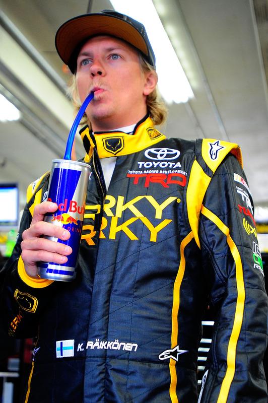 Кими Райкконен пьет напиток из банки Red Bull на этапе в Шарлотте