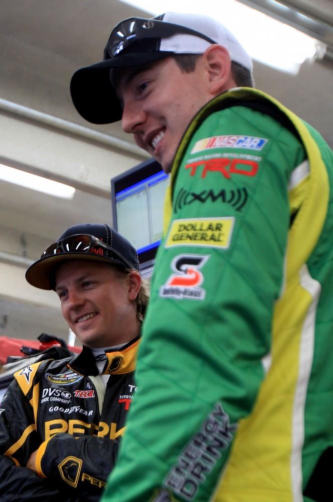 Кими Райкконен и Кайл Буш в гараже на этапе NASCAR Truck Series в Шарлотте