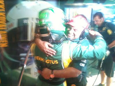 Хейкки Ковалайнен и Тони Фернандес обнимаются после 15-го места в квалификации на Гран-при Испании 2011
