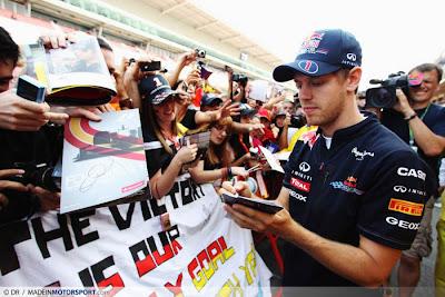 Себастьян Феттель дает автографы болельщикам на Гран-при Испании 2011