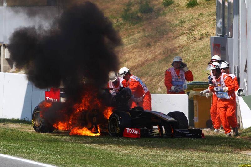 болид Ника Хайдфельда Lotus Renault охвачен пламенем во время третей части свободных заездов на Гран-при Испании 2011