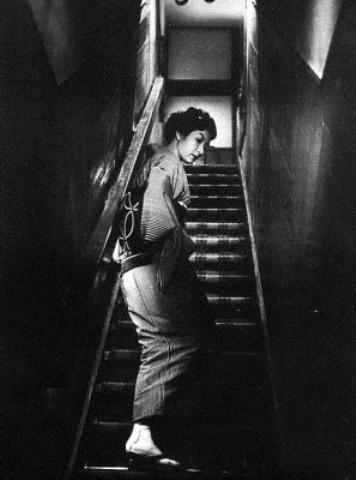 وقتی زنی از پلهها بالا میرود (1960)