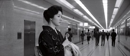 هیدکو تاکامینه در نمایی از «وقتی زنی از پلهها بالا میرود»
