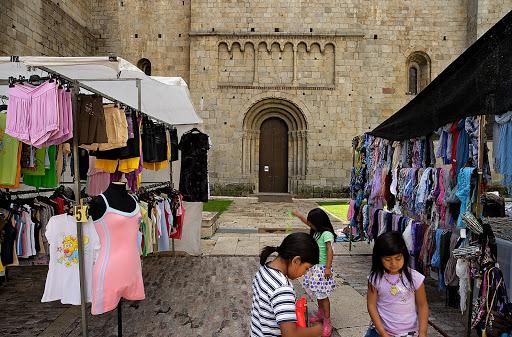 Portal nord de la catedral de la Seu.  Mercat dels dissabtes. La pared fa de contrafort, aixecada per damunt de la volta de la nau lateral. Es troben nombroses espitlleres a l'indret de les torres i a la part alta, cosa que parla de la funció defensiva que sovint hagué de realitzar.La Seu dUrgell, Alt Urgell, Lleida