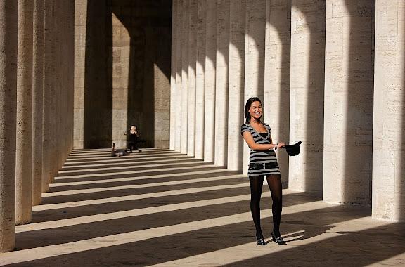 Sesión de fotos en la columnata del Museo de la Civilización Romana (Museo della Civiltà Romana), situado en la zona EUR.Roma, Italia.