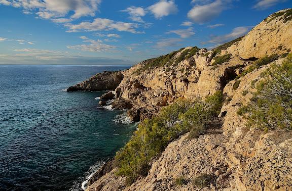 Penya-segats del Coll de Balaguer, muntanya del Torn. Al fons la punta dels Caleros.Espai d'Interés Natural la Rojala platja del Torn.Hospitalet de l'Infant i Vandellòs, Baix Camp, Tarragona