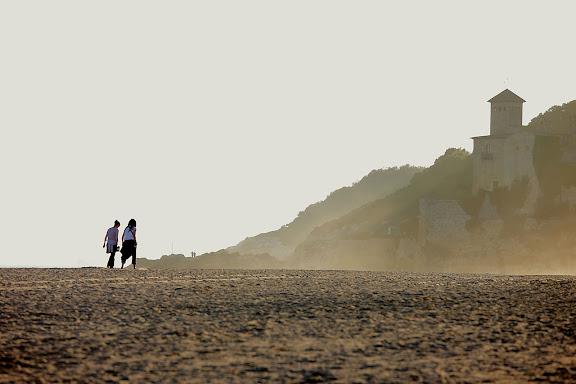 Platja d'Altafulla a l'alçada de la desembocadura del riu Gaià. L'antic poble frotificat de Tamarit al fons. Tarragona, Tarragonès, Tarragona