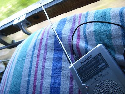 寝台と小型ラジオ