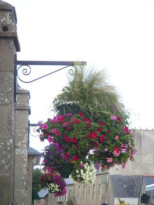 門柱に吊られた花の鉢