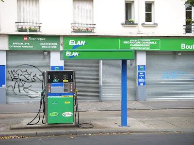 歩道にあるガソリンスタンド