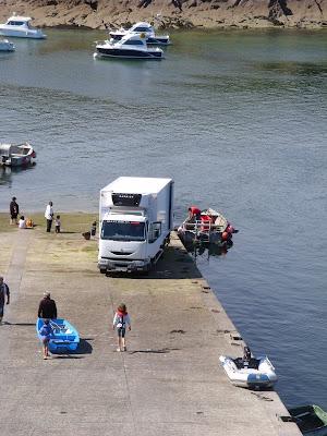 ボートを港に浮かべる人