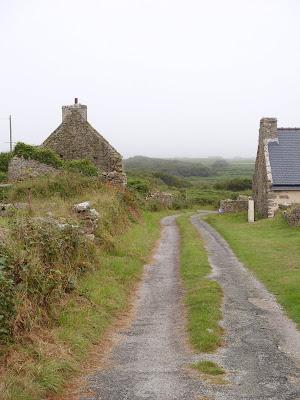 わき道と石造りの家